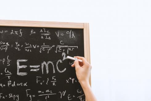 albert-einstein-blackboard-board-714699